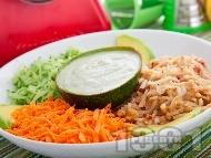 Рецепта Витаминозна салата от краставици, моркови и ябълки със сос от авокадо, хрян и синьо сирене